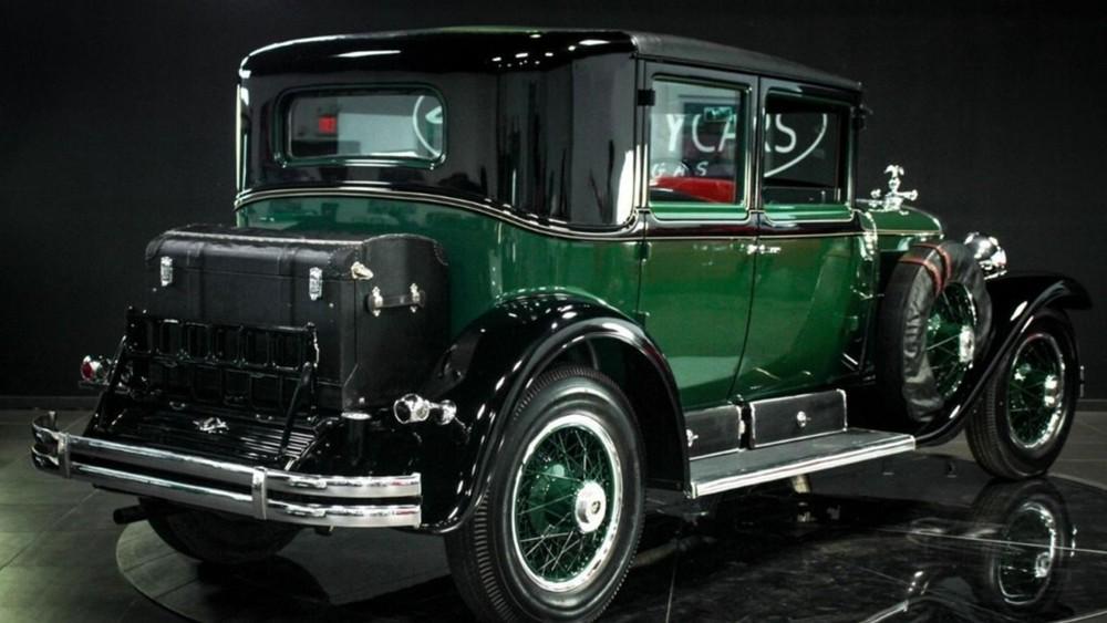 Chiếc Cadillac được sơn màu xanh giống xe cảnh sát thời bấy giờ