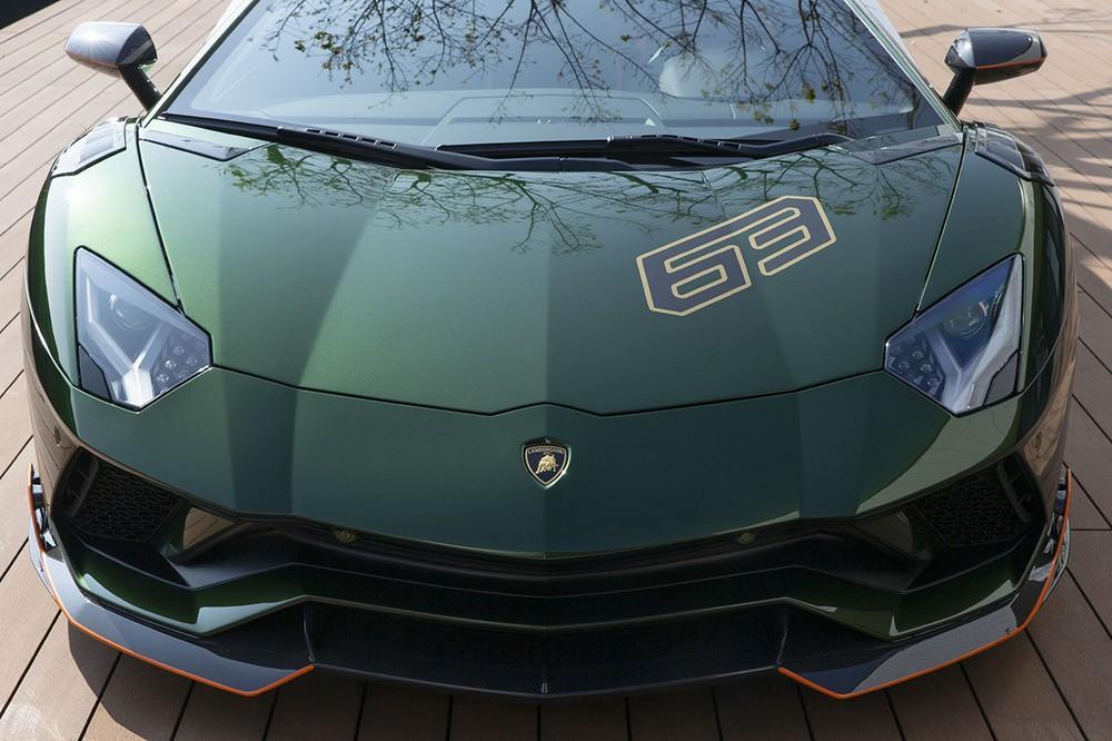 1 trong 5 chiếc siêu xe Lamborghini Aventador S Taiwan Edition độc quyền đến Đài Loan có ngoại thất sơn màu xanh kim loại đi kèm các chi tiết bằng carbon và sọc màu cam rất nổi bật.