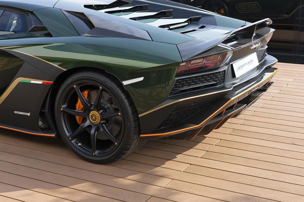 Toàn bộ sức mạnh được truyền tới cả 2 cầu thông qua hộp số ISR 7 cấp, nhờ đó, siêu xe Lamborghini Aventador S bản đặc biệt của các đại gia Đài Loan có thể tăng tốc từ vị trí xuất phát lên 100 km/h chỉ trong vòng thời gian 2,9 giây trước khi đạt vận tốc tối đa 350 km/h.