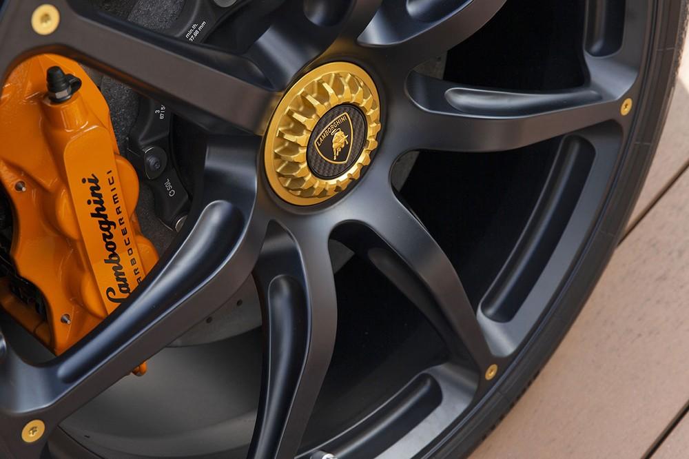 Chưa hết, chiếc siêu xe Lamborghini Aventador S Taiwan Edition đầu tiên lộ diện còn có bộ mâm sơn màu đen nhám cùng các con ốc màu cam, chụp mâm xe màu đen hay khoá bánh xe màu cam nổi bật. Kế đến là kẹp phanh sơn màu cam rực.