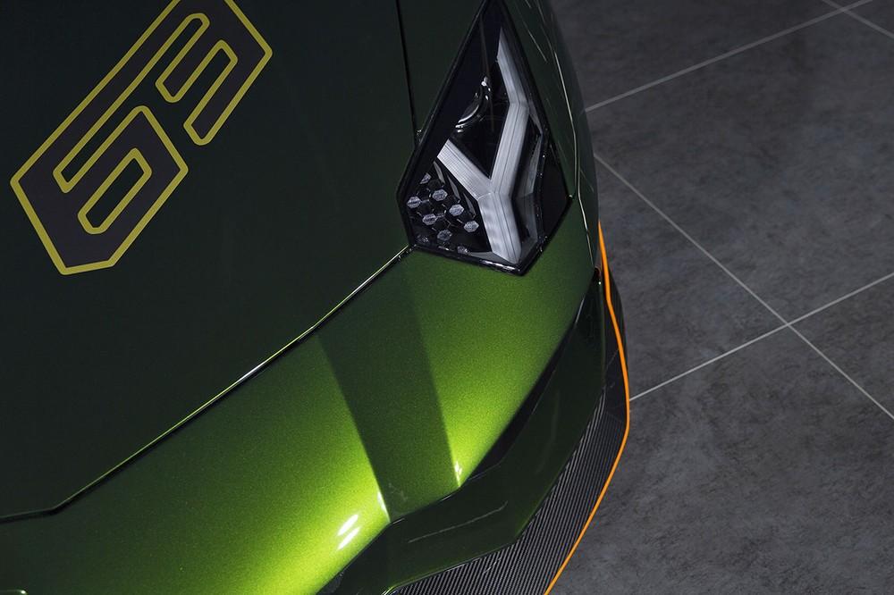 Ngoài ra, hãng siêu xe Ý còn mang đến cho phiên bản Lamborghini Aventador S Taiwan Edition bộ cánh lướt gió phía trước, bên hông và đuôi xe trong gói độ của hãng. Chi tiết này làm từ carbon và có sọc cam để tạo điểm nhấn.