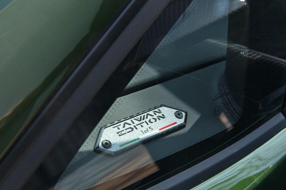 Một tấm bảng ghi số thứ tự của phiên bản giới hạn Lamborghini Aventador S Taiwan Edition làm nổi bật bản sắc đặc biệt của nó, đây cũng là lời tuyên bố rằng chỉ có 5 chiếc được sản xuất trên thế giới dành cho các đại gia ở Đài Loan. Những chiếc siêu xe Lamborghini Aventador S Taiwan Edition sẽ không giống nhau do được tạo ra từ bộ phận cá nhân hoá Ad Personam.