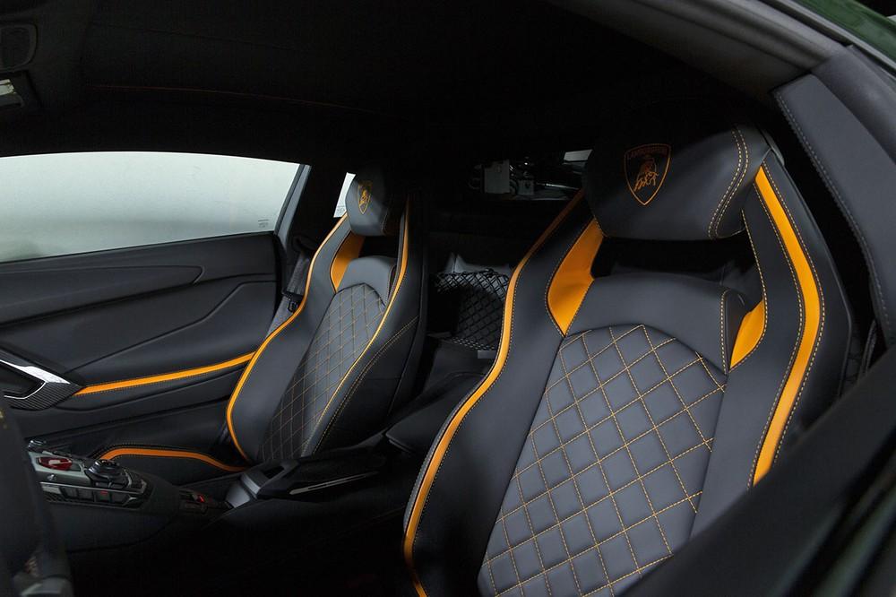 Bên trong khoang lái của chiếc siêu xe Lamborghini Aventador S Taiwan Edition đầu tiên đến Đài Loan có nội thất bọc da màu đen, sợi carbon và cả những điểm nhấn sọc màu cam nổi bật.