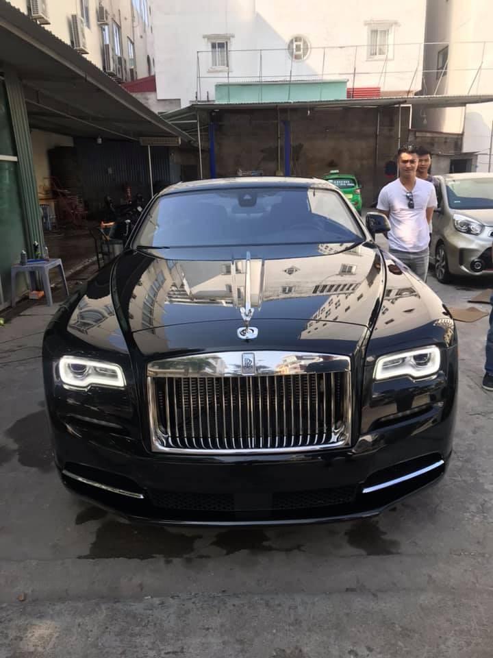 Ngoài siêu xe, doanh nhân Hải Phòng còn sưu tầm xe siêu sang, trong ảnh là một chiếc Rolls-Royce Wraith màu đen