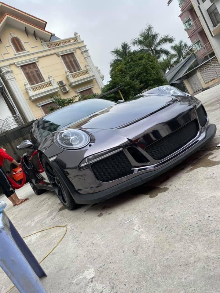 Chiếc siêu xe Porsche 911 GT3 RS màu crôm đen này được con rể Minh Nhựa khoe ảnh chụp cùng vào dịp 26 Tết Nguyên đán vừa qua.