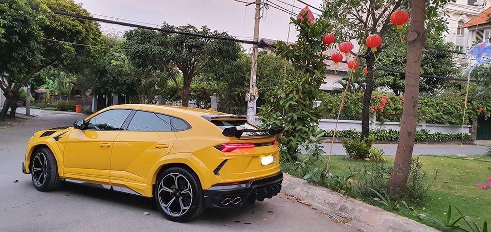 Ngoại thất xe giờ đây được phối màu vàng và carbon của bản độ Mansory