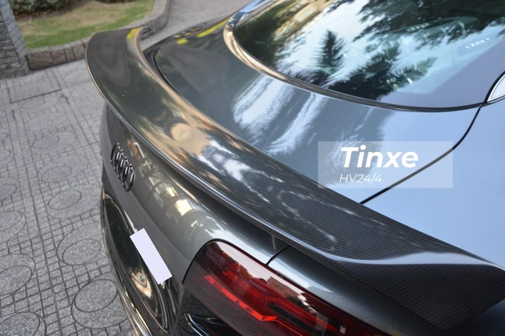 Nhìn lướt qua dễ thấy bộ body kit độ này được hoàn thiện dưới dạng carbon mờ thay vì bóng như trước, nhờ đó giúp chiếc xe Audi R8 V10 số sàn có một không hai tại Việt Nam trở nên lạ lẫm.