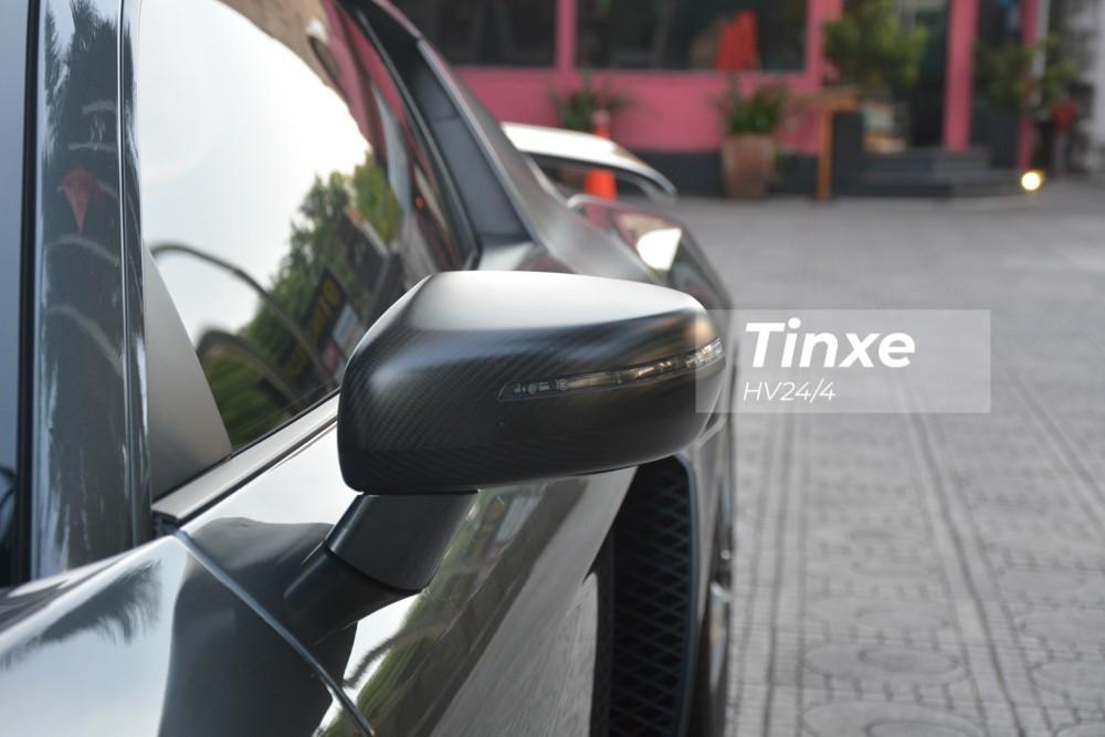 Chưa hết, sau 8 năm có mặt tại dải đất hình chữ S, chiếc siêu xe Audi R8 V10 số sàn duy nhất Việt Nam có ngoại thất được độ body kit của phiên bản Audi R8 V10 GT trị giá không dưới 100 triệu đồng. Ngoại hình xe giờ đã mới lạ hơn so với lúc về nước.