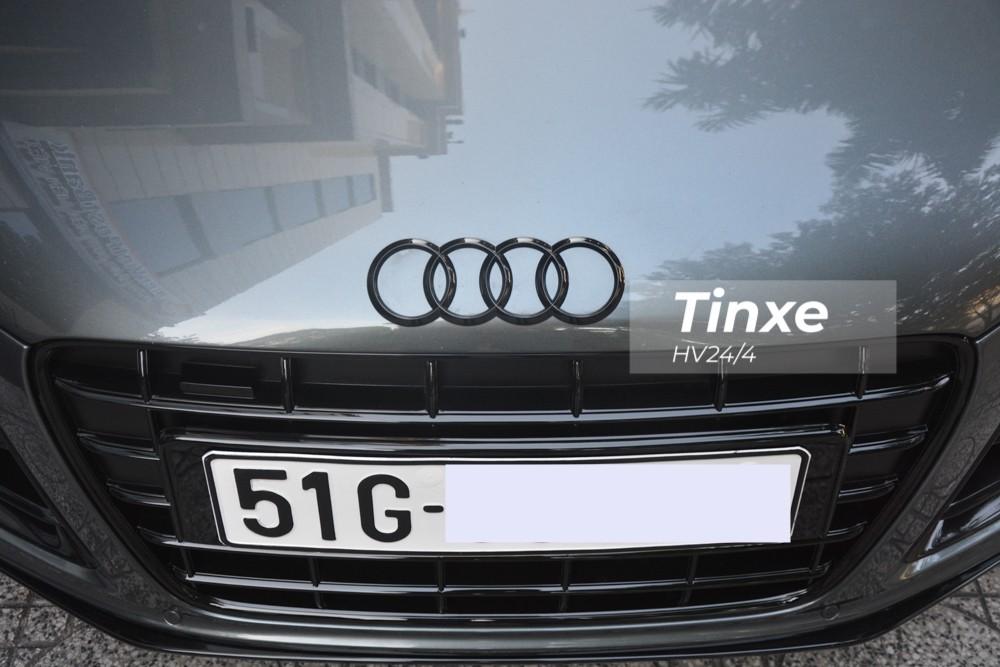 Chiếc siêu xe Audi R8 V10 này được chủ nhân sơn lại các chi tiết nguyên bản mạ crôm như logo 4 vòng tròn trước đầu xe hay đuôi xe thành màu đen.