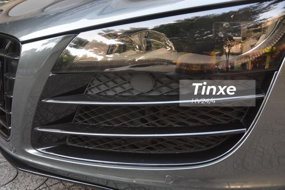 Ngoại thất của chiếc Audi R8 V10 số sàn độc nhất Việt Nam có tên gọi Daytona Grey kết hợp cùng nhiều chi tiết ở hốc gió được sơn đen.