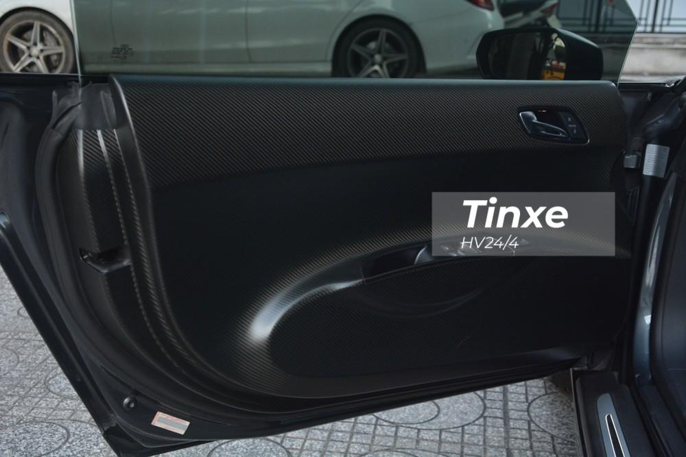 Nội thất chiếc siêu xe Audi R8 số sàn duy nhất ở Việt Nam cũng được chủ nhân bổ sung thêm nhiều chi tiết bằng carbon. Hai bên thành cửa bọc sợi carbon nhám