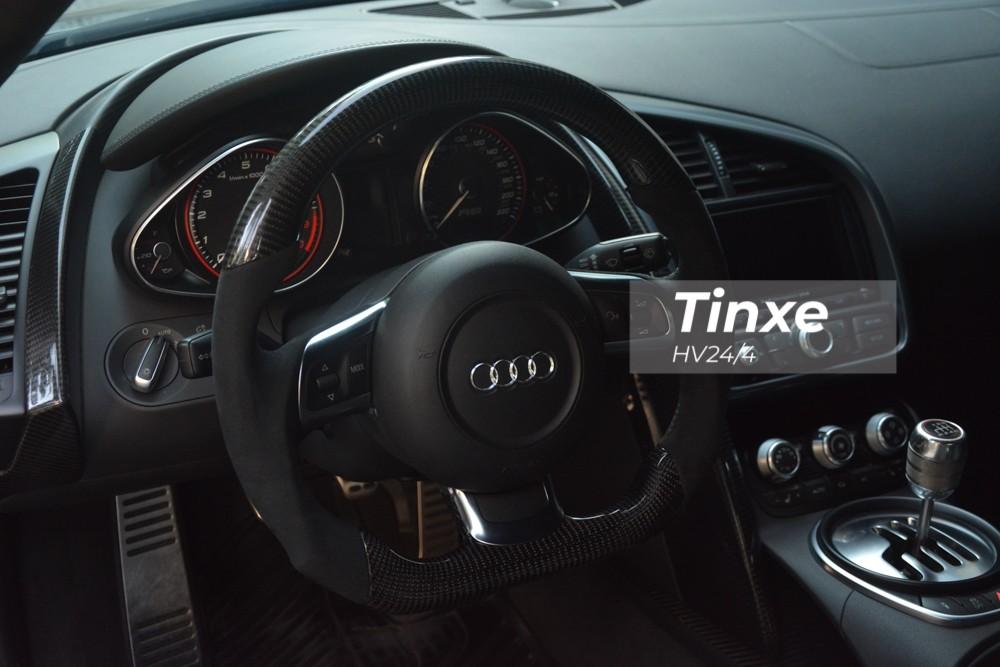 Chiếc siêu xe Audi R8 V10 này được chủ thay vô-lăng mới thể thao với chất liệu da lộn và carbon.