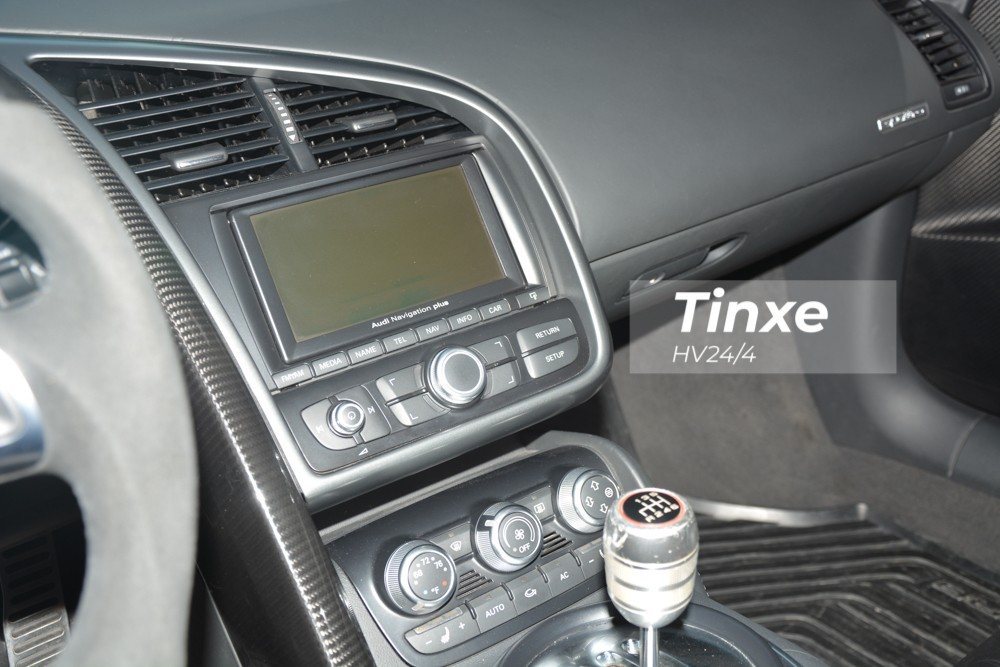 Ở phiên bản Audi R8 V10, nội thất xe được nâng cấp nhẹ với hệ thống loa Bang & Olufsen tiêu chuẩn, công suất 465 watt.