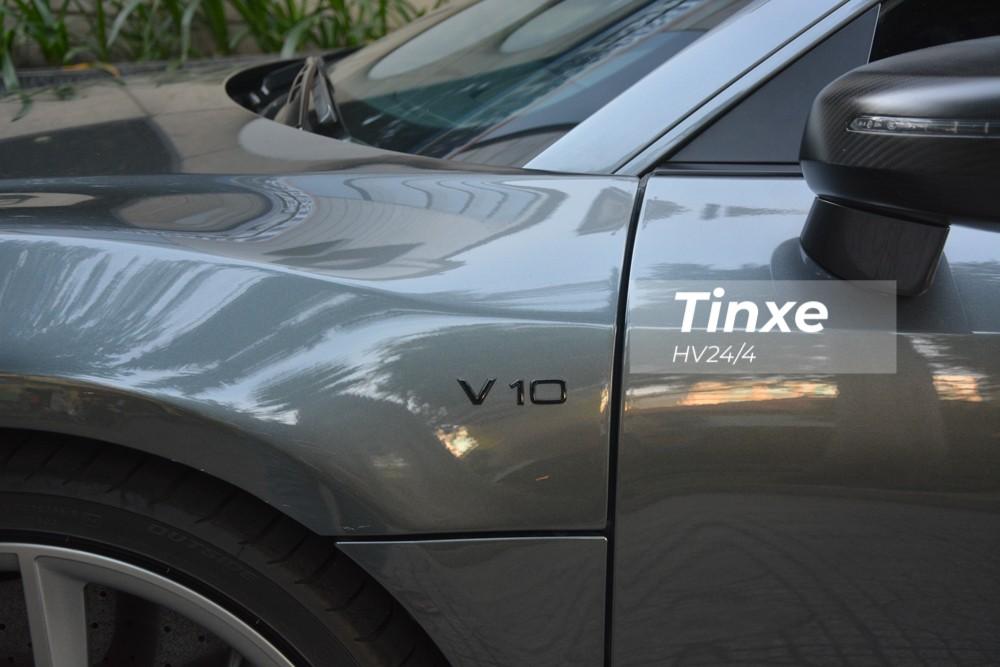 Và cả logo V10 xuất hiện bên hông xe.