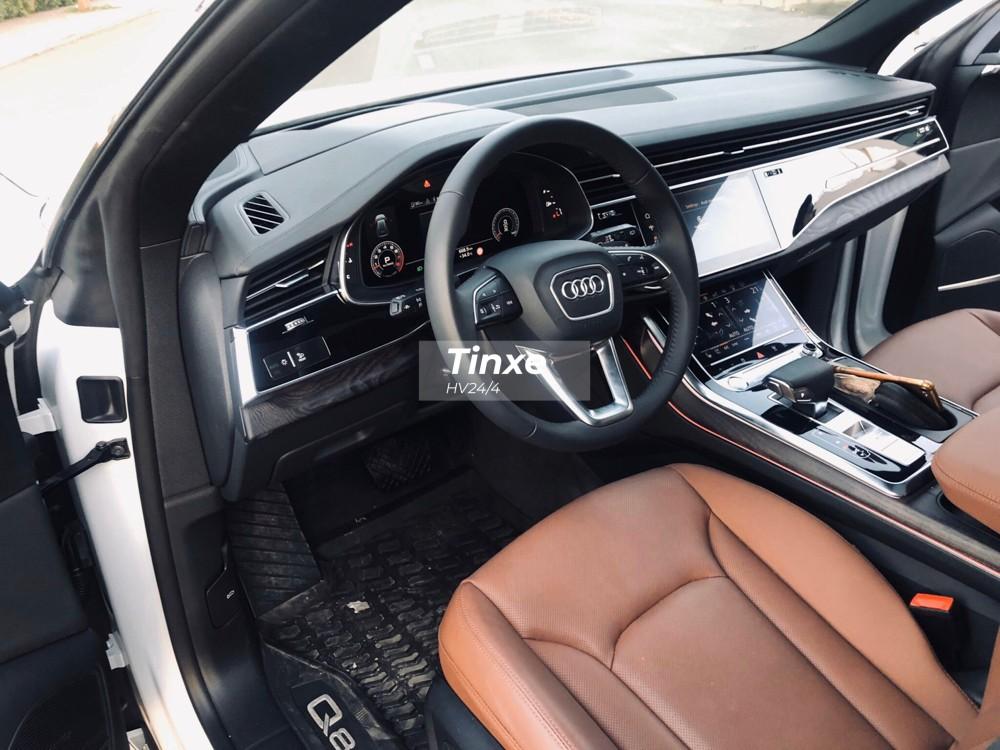 Xe có nội thất bọc da và Alcantara, vô lăng đáy phẳng và nhiều chi tiết trang trí bằng kim loại. Mẫu SUV hạng sang của Audi có khoang hành lý lên đến 605 lít, con số này có thể tăng lên 1.755 lít nếu hàng ghế sau gập xuống.
