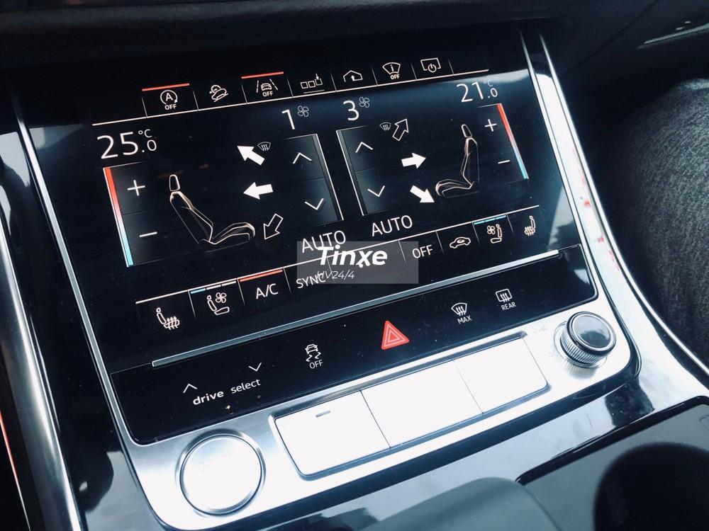 Các trang bị an toàn có trên SUV hạng sang Audi Q8 2019 bao gồm hỗ trợ sang đường, cảnh báo chệch làn đường, hỗ trợ kiểm soát hành trình thích ứng, cảnh báo vỉa hè, camera 360 độ và tính năng vào garage bằng điều khiển từ xa đã được áp dụng vào năm 2019.