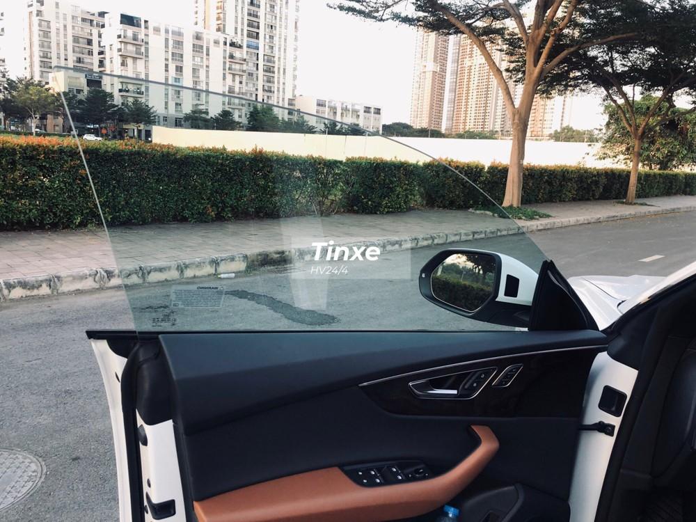 Tiến vào bên trong khoang lái, SUV hạng sang Audi Q8 2019 được trang bị cửa kính không viền thể thao.