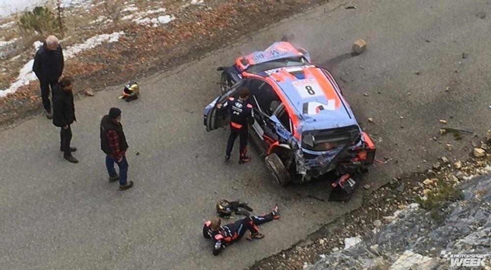 Chiếc xe đua Hyundai i20 Coupe WRC tại hiện trường vụ tai nạn