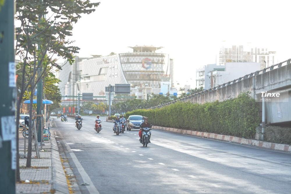 Hướng chân cầu Bình Lợi mới thường xuyên là điểm kẹt xe vào khoảng 7h sáng đến 8h 30 sáng hằng ngày. Nhưng trong ngày Tết người dân di chuyển khá thoải mái.