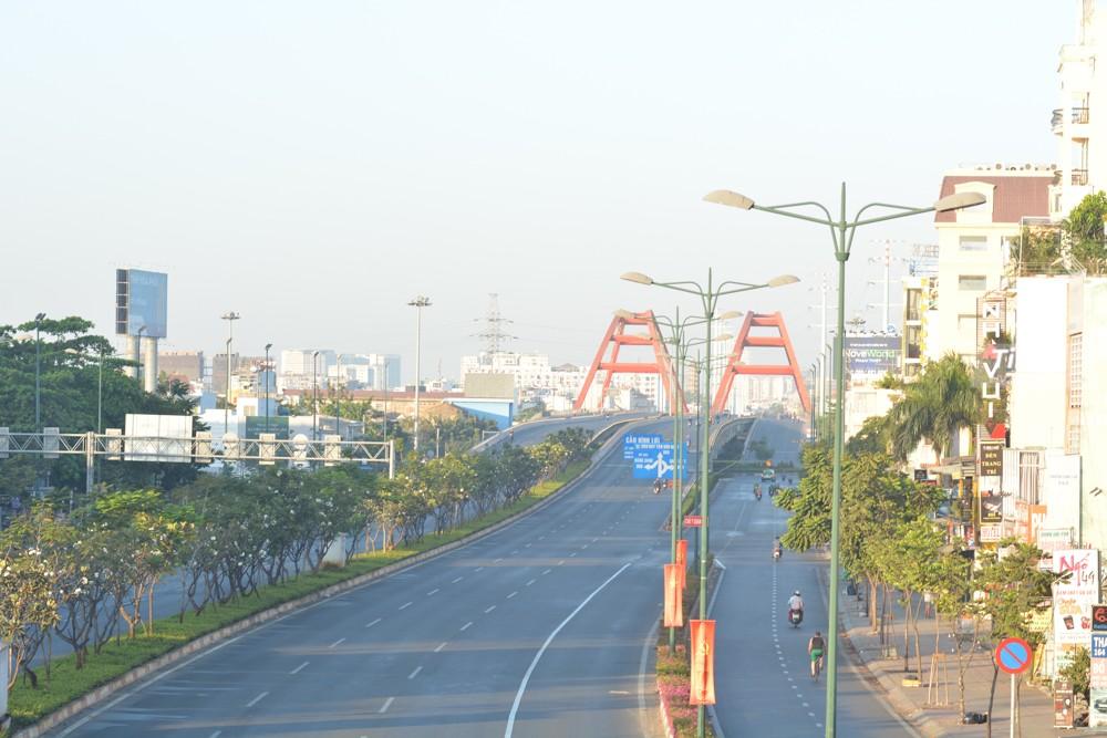 Khác với những hình ảnh thường ngày có hàng nghìn phương tiện chen chúc nhau trên tuyến đường Phạm Văn Đồng đi sân bay Tân Sơn Nhất, hay Thủ Đức hay quận 1, vào sáng ngày 25 tháng 1 năm 2020, tức mùng 1 Tết Nguyên đán, tuyến đường nội đô đẹp nhất TP HCM khoác lên mình bộ áo trong ngày Xuân với đường phố vắng vẻ.