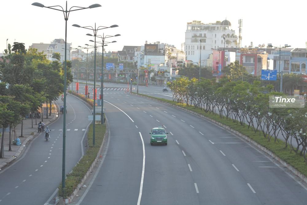 Nhiều người vẫn hay đùa rằng những ngày Tết chính là thời điểm lý tưởng để dạo phố. Các con đường lúc này khá vắng người.