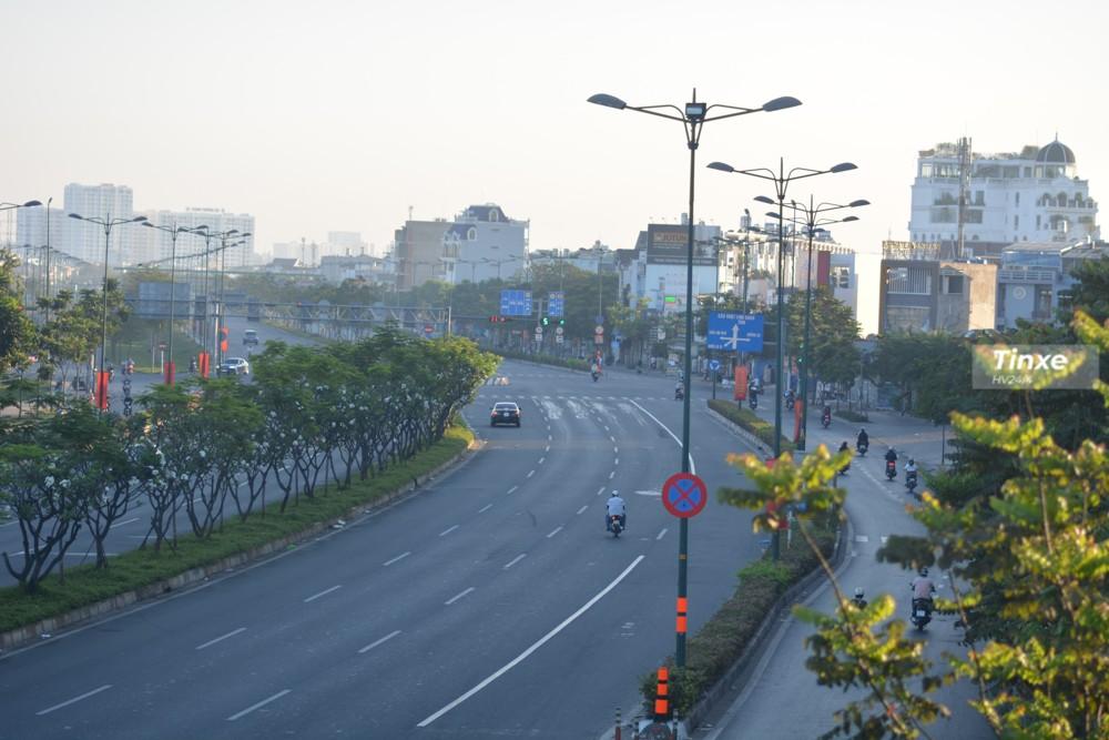 Đường Phạm Văn Đồng vào lúc 7h30 sáng ngày mùng 1 Tết