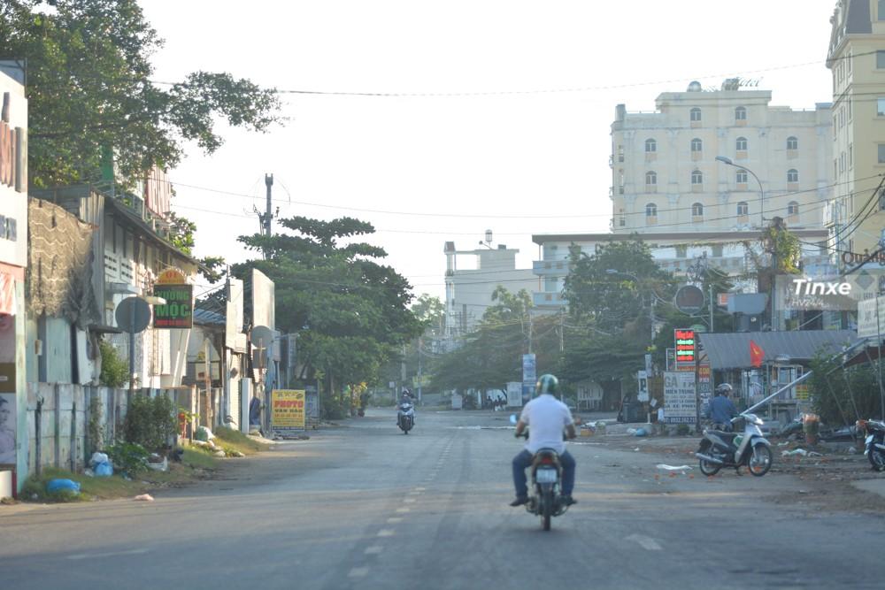 Tuyến đường Kha Vạn Cân cũng vắng bóng những chiếc xe khách đỗ hàng dài, trả lại mặt bằng thông thoáng cho người dân di chuyển.