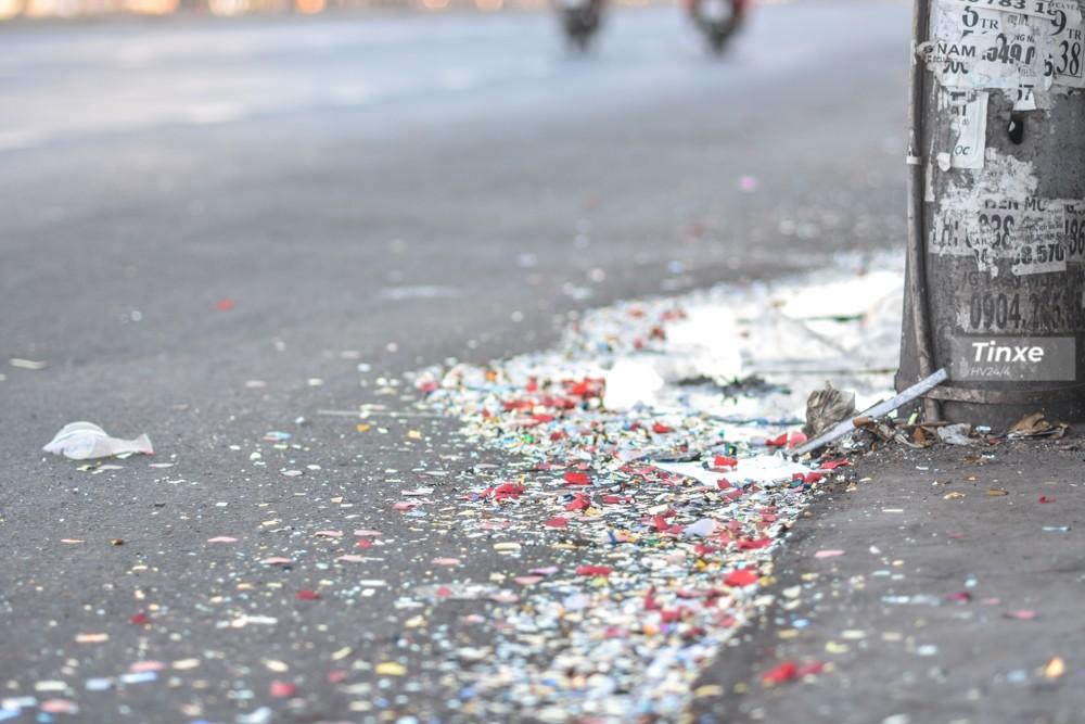 Cuộc vui đêm qua để lại những xác pháo trên mặt đường Quốc lộ 13.