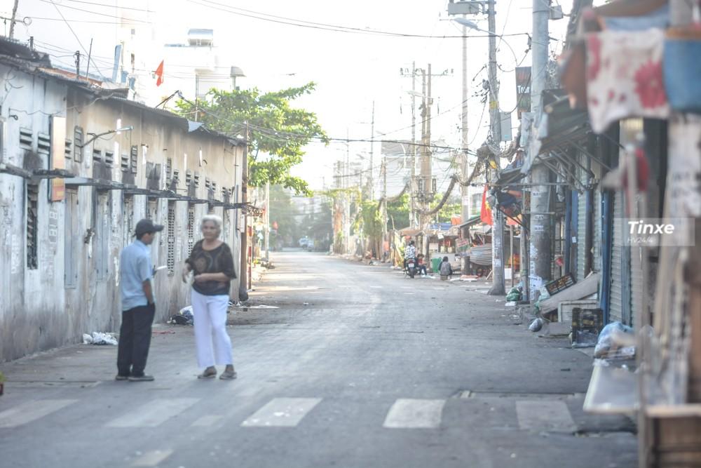 Một khu chợ dân sinh trên Quốc lộ 13 dừng hoạt động trong ngày mùng 1 Tết nên giúp con đường trở nên thông thoáng.
