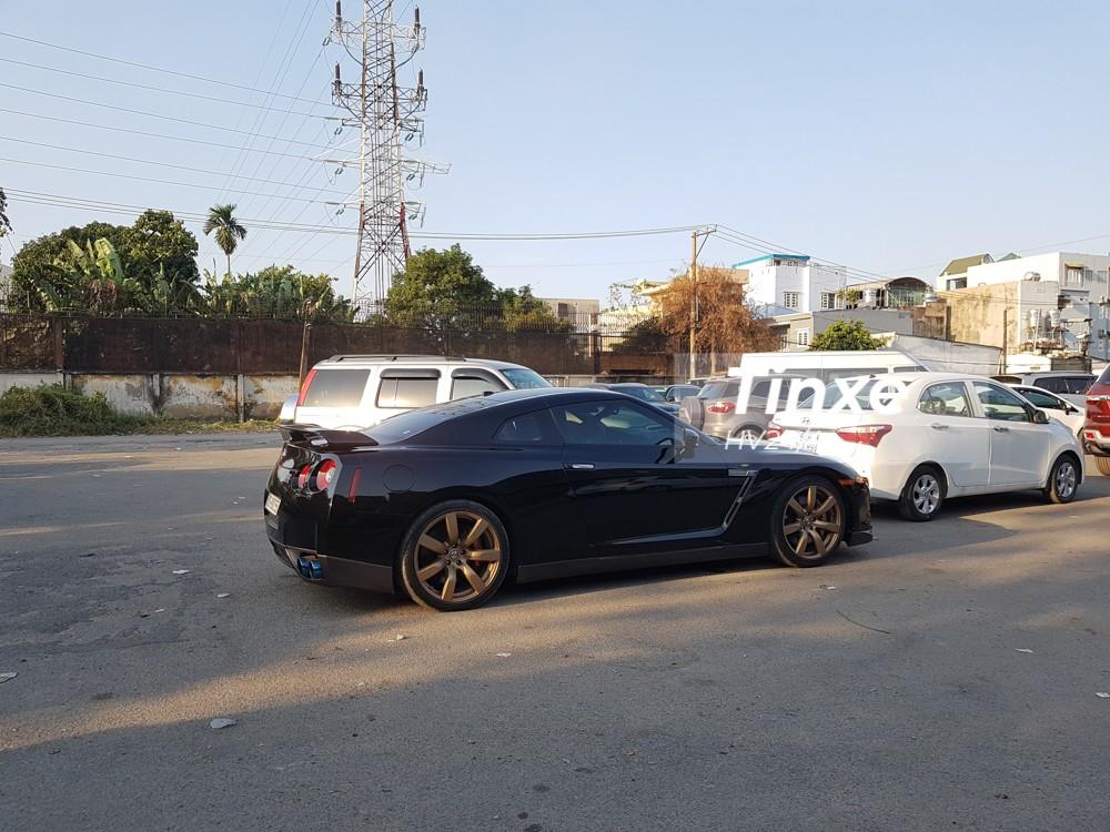 Chiếc Nissan GT-R này có bộ áo đen bóng kết hợp cùng các chi tiết màu đen nhám.