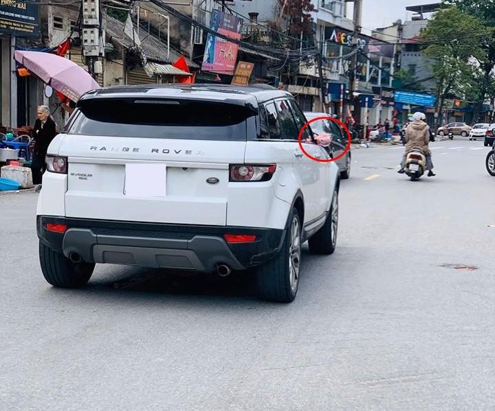 Range Rover Evoque lăn bánh trên đường Hà Nội vào mùng 2 Tết với cặp gương trang điểm sặc sỡ