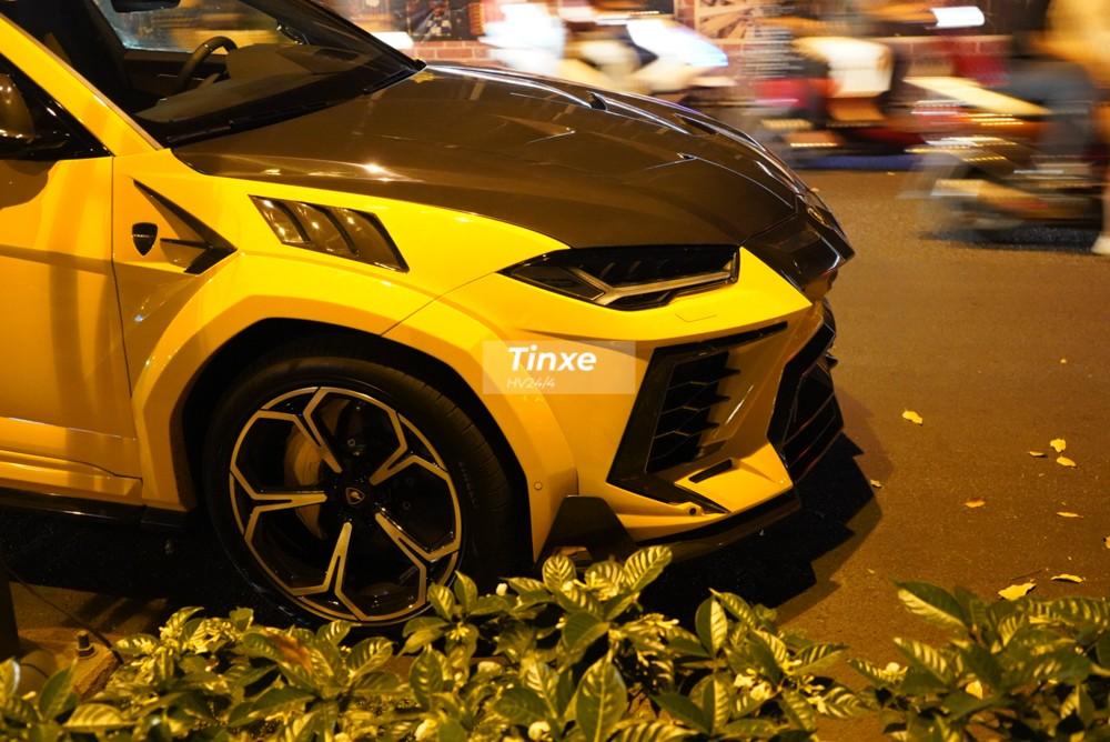Siêu SUV Lamborghini Urus đầu tiên tại Việt Nam độ Full bài Mansory ra lò cận Tết Nguyên đán thuộc chiếc thứ 6 về Việt Nam. Xe được nhập khẩu chính hãng nhưng hành tung về nước khá kín tiếng