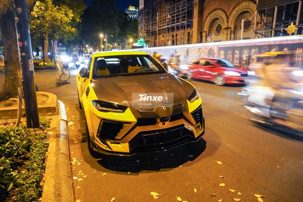 Chiếc siêu SUV Lamborghini Urus được chủ nhân đỗ bên hông nhà thờ Đức Bà để chơi Tết gần đó. Đây cũng là lần hiếm hoi chiếc Lamborghini Urus mang gói độ Venatus của Mansory được chủ nhân cho xuống phố.