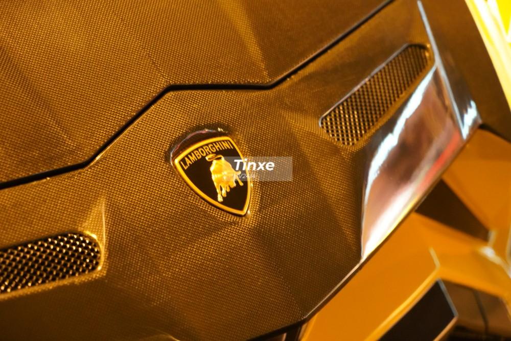 Mặt ca-lăng trên Lamborghini Urus nguyên bản đã được hãng độ Mansory thiết kế lại với các khe gió làm mát và toàn bộ chi tiết này đều bằng carbon.