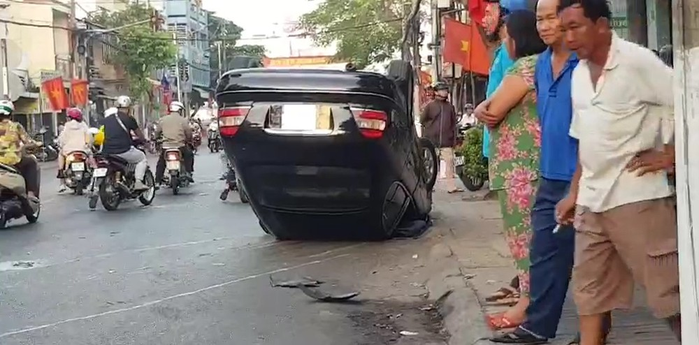 Chiếc xe sang Mercedes-Benz lật ngửa tại hiện trường vụ tai nạn