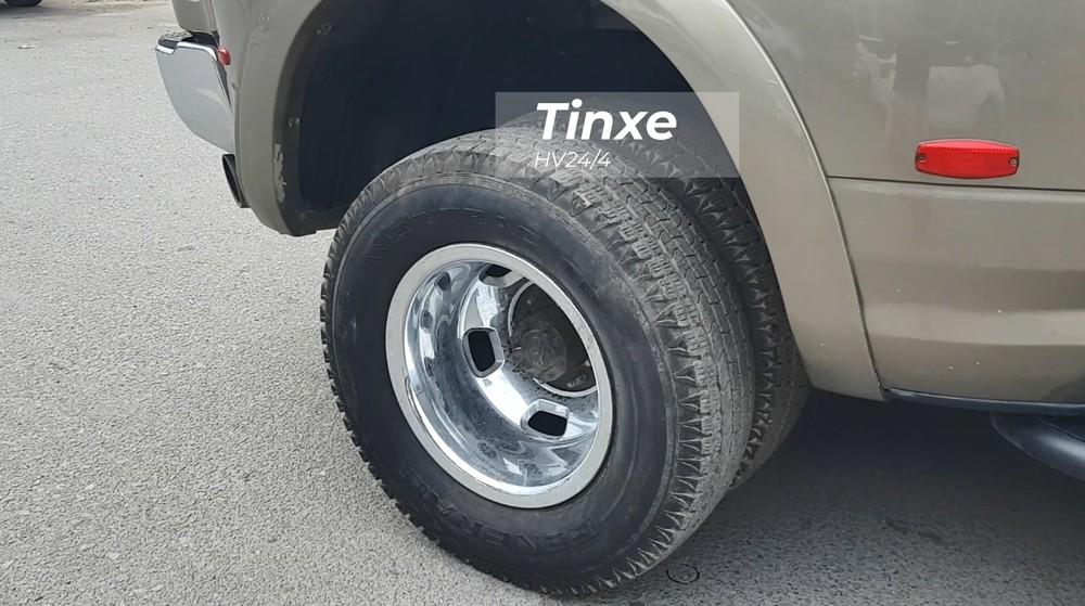 Dodge Ram 3500 Heavy Duty độc nhất Việt Nam được trang bị đến 6 bánh xe, điều này mang đến cái nhìn ngoại hình hầm hố hơn cho xe.