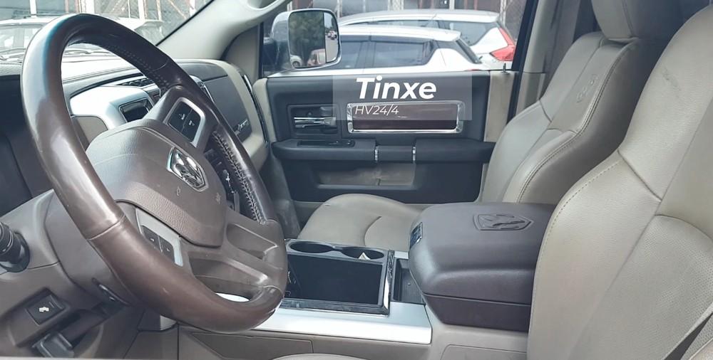 Nội thất của Dodge Ram 3500 Heavy Duty có ghế ngồi bọc da màu xám cùng các chi tiết màu nâu và cả kim loại.