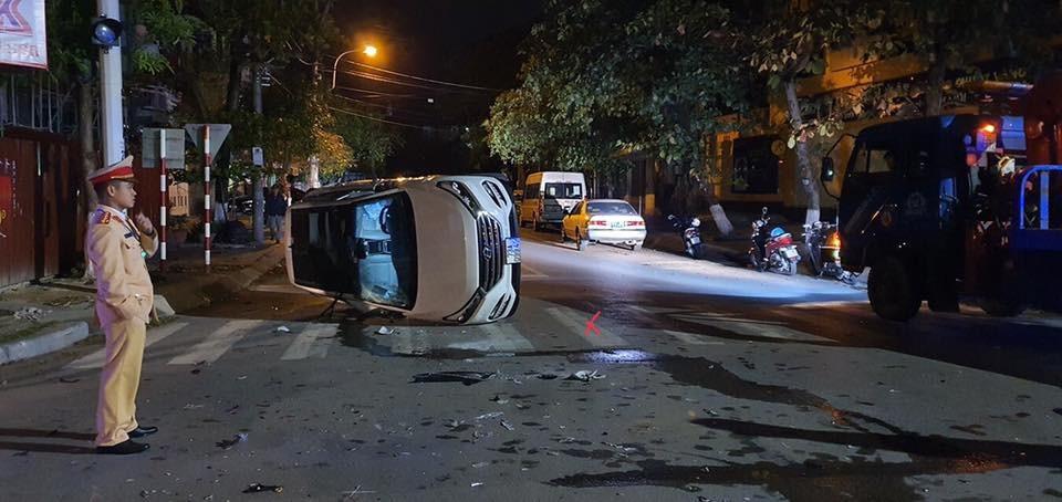 Chiếc xe Hyundai Tucson bị đâm lật nằm ngang đường.