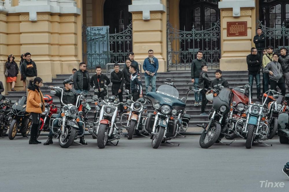 Buổi họp quy tụ khoảng hơn 30 chiếc xe phân khối lớn và hàng chục biker đến từ Thủ Đô
