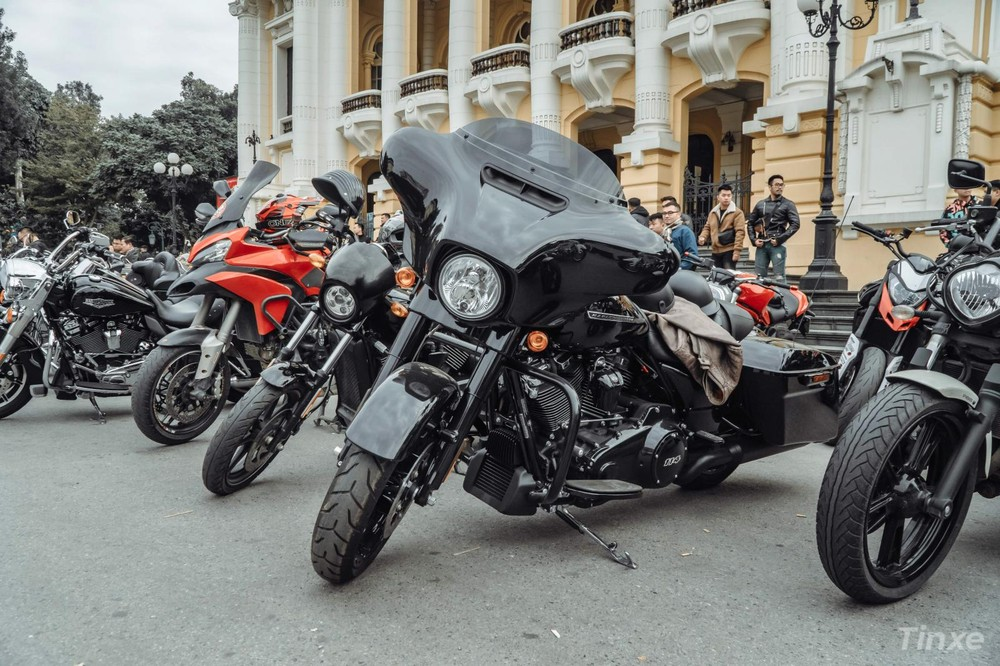 Ngoài ra còn có sự xuất hiện của một số mẫu xe Ducati như Multistrada, Hyper và Monster