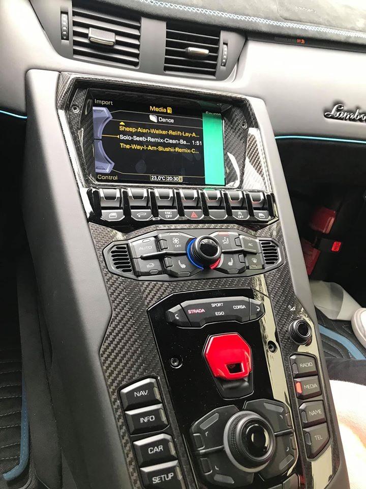 Còn đây là bảng điều khiển của xe