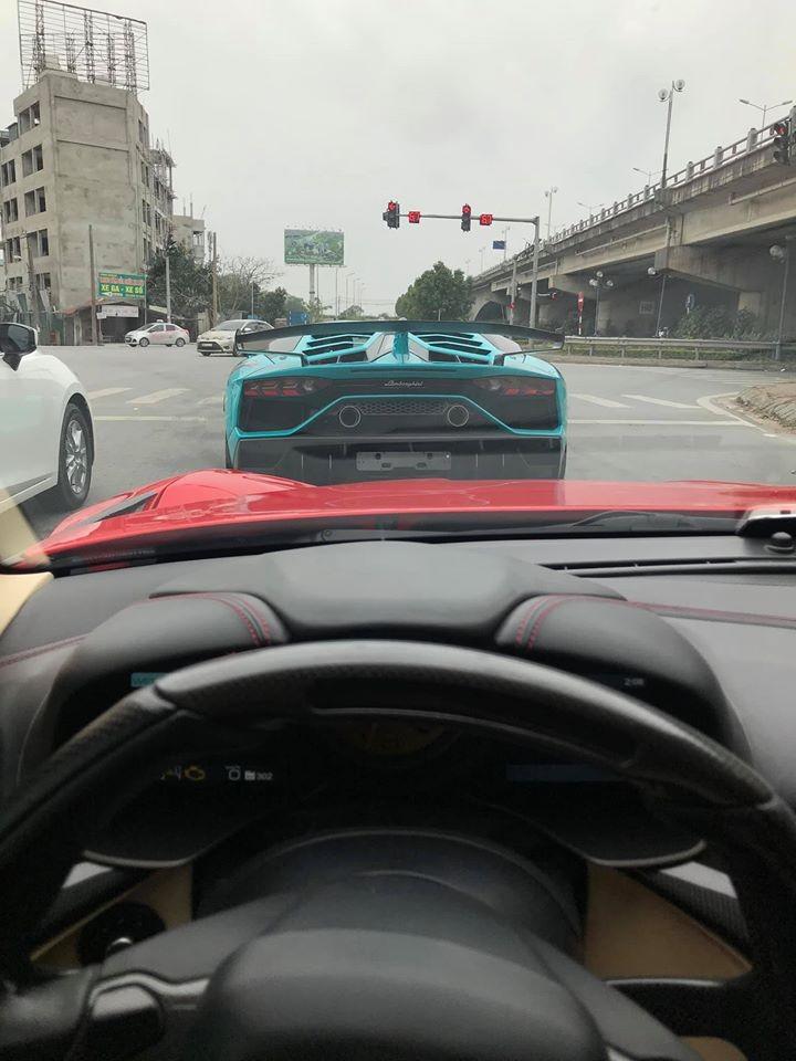 Lamborghini Aventador SVJ trên đường phố Hà Nội vào dịp Tết. Người chụp ảnh chạy siêu xe độ Ferrari F12 Berlinetta Duke Dynamics