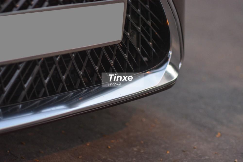 Vẫn là lưới tản nhiệt đồng hồ cát nhưng phiên bản Lexus ES350 đời mới có các nan thiết kế 3D, trừu tượng hơn so với các thanh nan nằm ngang của phiên bản Lexus ES350 đời 2016.
