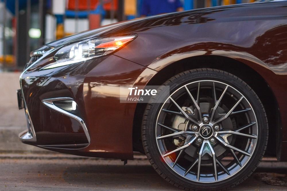 Không chỉ có lưới tản nhiệt đồng hồ cát dạng mới nhất, chiếc xe sang Lexus ES350 đời cũ còn có bộ body kit của phiên bản 2019 mang đến cái nhìn mới mẻ hơn.