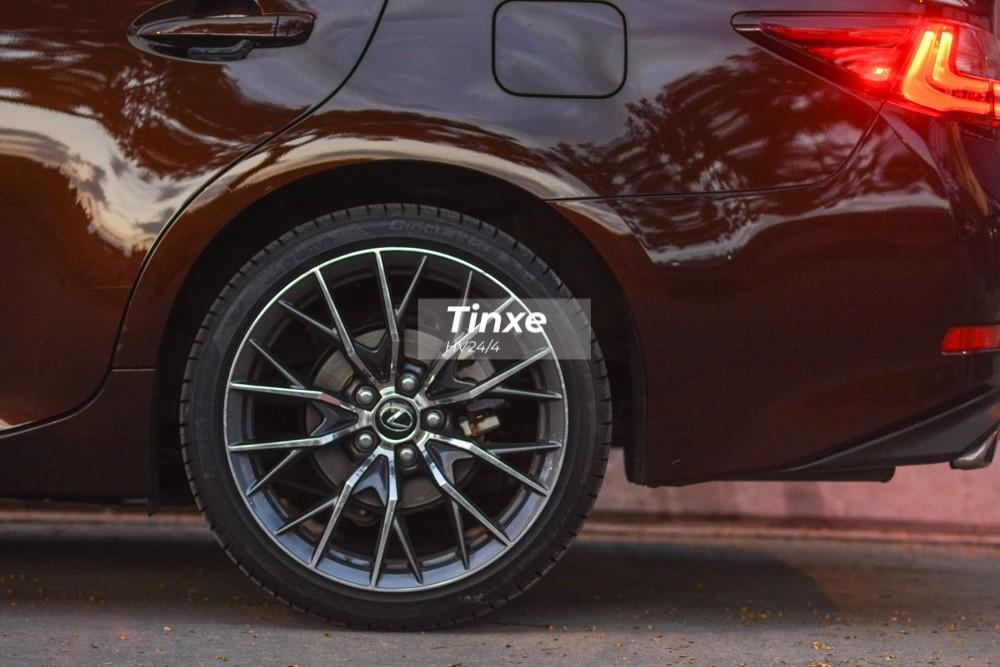 Chiếc Lexus ES350 đời cũ này được chủ nhân trang bị lên bộ mâm của phiên bản hiệu suất cao F Sport.
