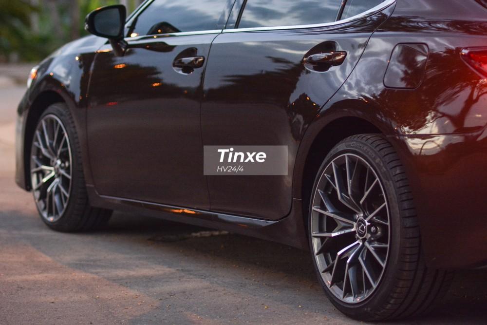 Cận cảnh phần bên hông xe Lexus ES350 đời cũ nâng cấp body kit của bản 2019.