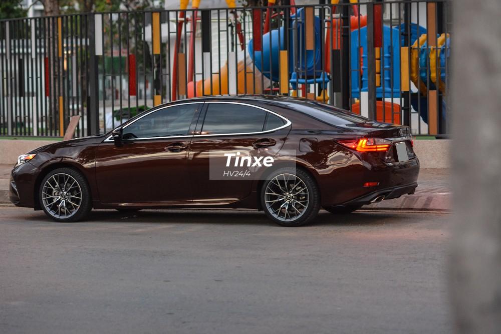 Cung cấp sức mạnh cho Lexus ES350 đời cũ nâng cấp lên bản 2019 là khối động cơ V6, dung tích 3.5 lít, sản sinh công suất tối đa 272 mã lực tại vòng tua máy 6.200 vòng/phút và mô-men xoắn cực đại 346 Nm tại vòng tua máy 4.700 vòng/phút