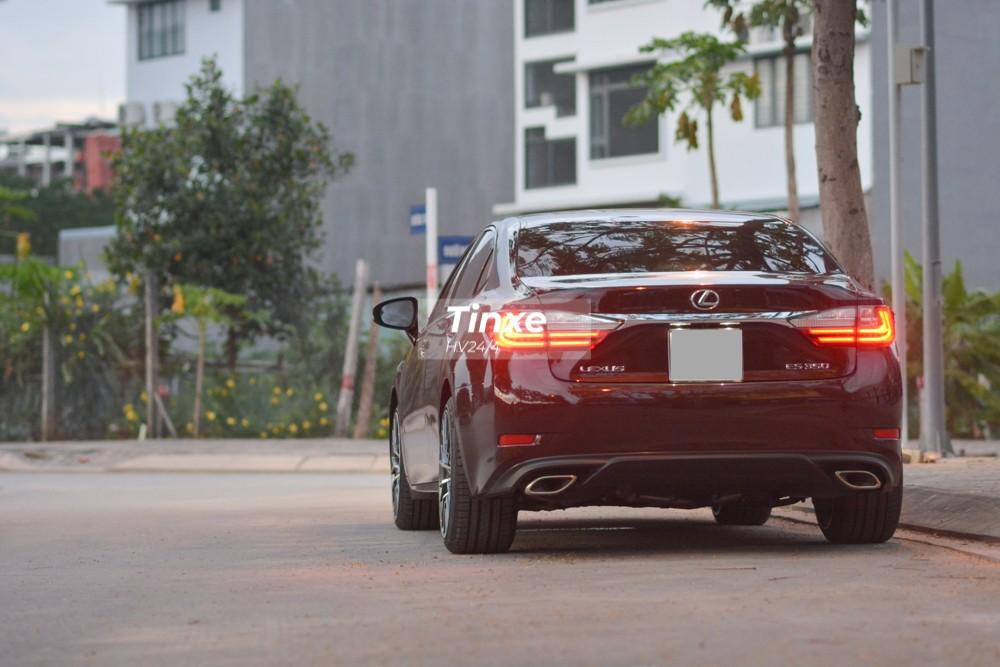 Nhưng tâm lý chung của các chủ nhân sở hữu xe sang cũng muốn xế cưng của mình có ngoại hình của phiên bản mới nhất. Vì thế, tuỳ theo nhu cầu mà các chủ xe có những nâng cấp khác nhau. Chẳng hạn như chủ xe Lexus ES350 đời cũ này đã mạnh dạn bỏ ra số tiền gần 200 triệu đồng để làm đẹp ngoại hình cho mẫu xe sang.