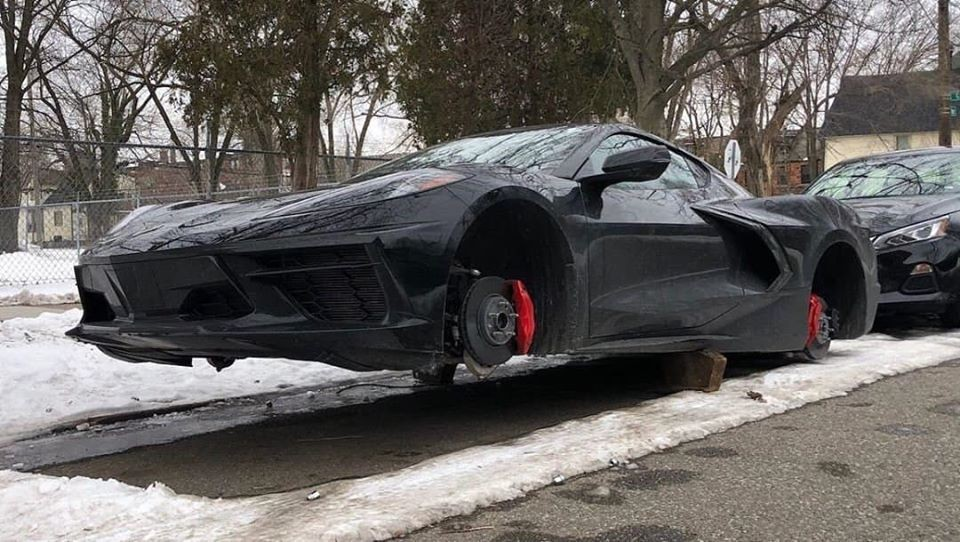 Cả 4 bánh xe của chiếc Chevrolet Corvette C8 Stingray 2020 này đều bị kẻ gian lấy đi