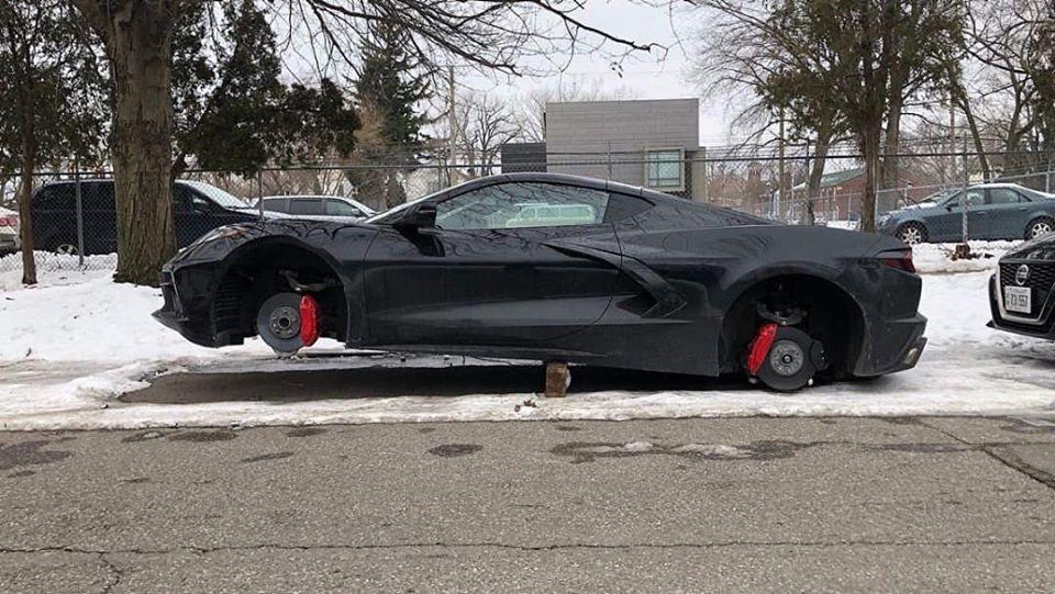 Kẻ gian lấy gạch và một thanh gỗ kê gầm xe Chevrolet Corvette thế hệ thứ 8 lên để trộm các bánh xe